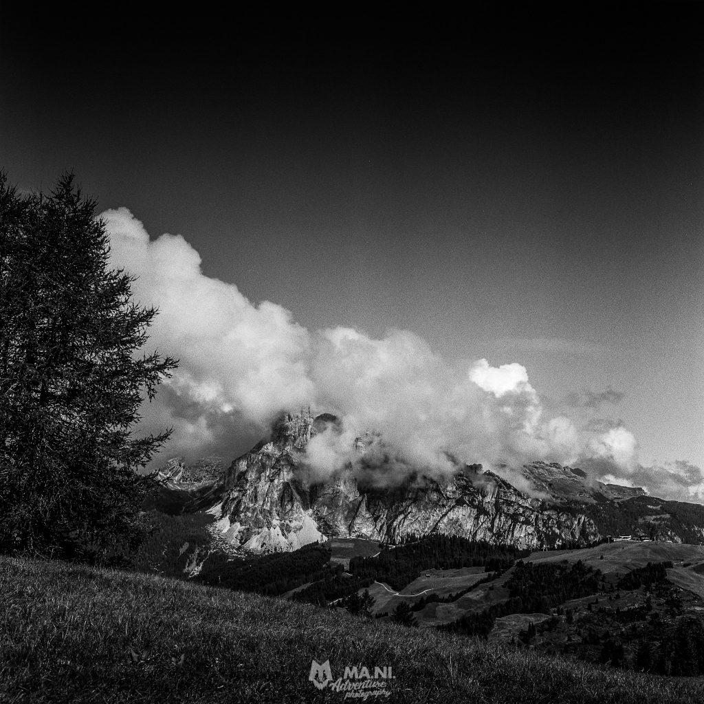 Il Sassongher (2.665 m) avvolto nelle nubi