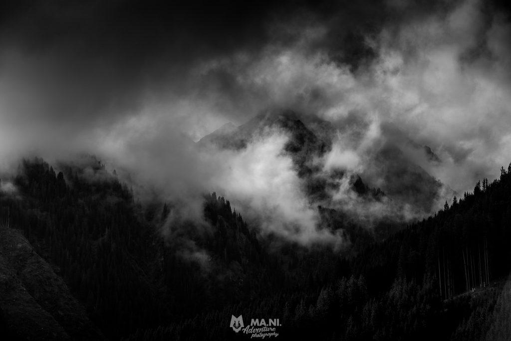 Le nuvole si dissolvono avvolgendo la montagna come fossero un incendio