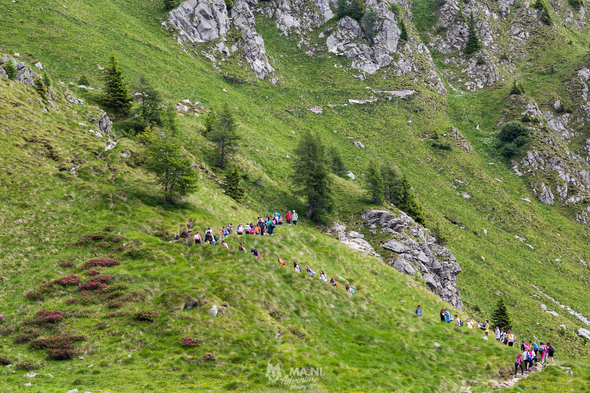 Il valore della fatica in gruppo come da soli, lungo un tipico zigzag risalendo un ripido sentiero.