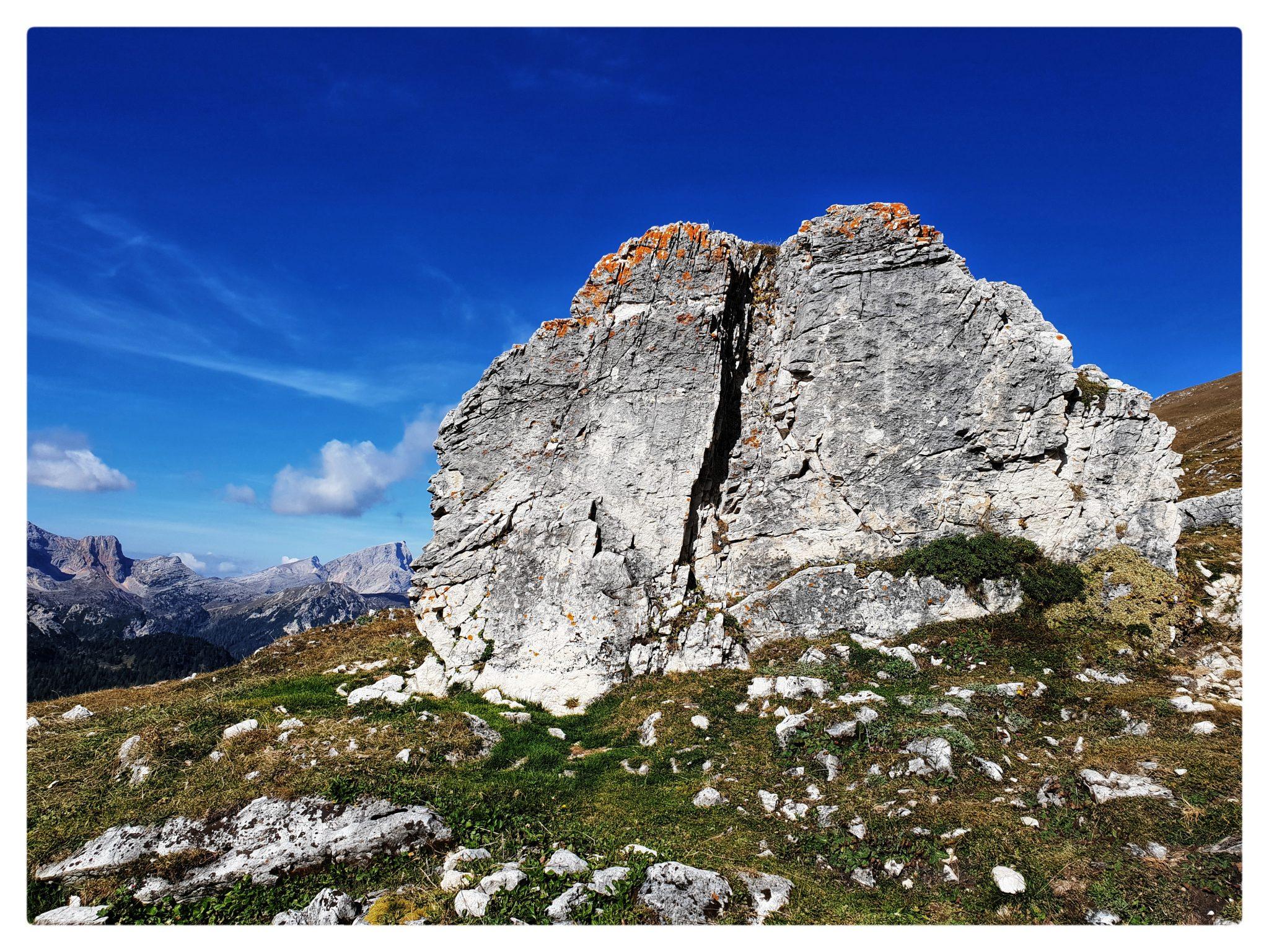 Un masso stupendo è solo la scusa per fermarsi durante la salita al Picco di Vallandro e scattare qualche fotografia.
