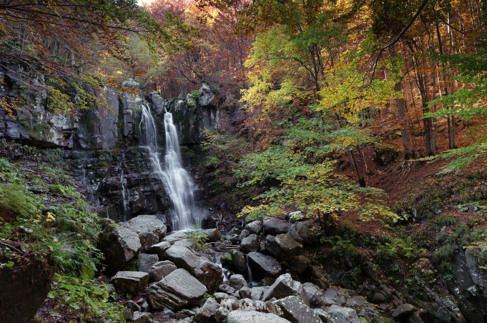 La classica inquadratura delle Cascate del Dardagna in autunno