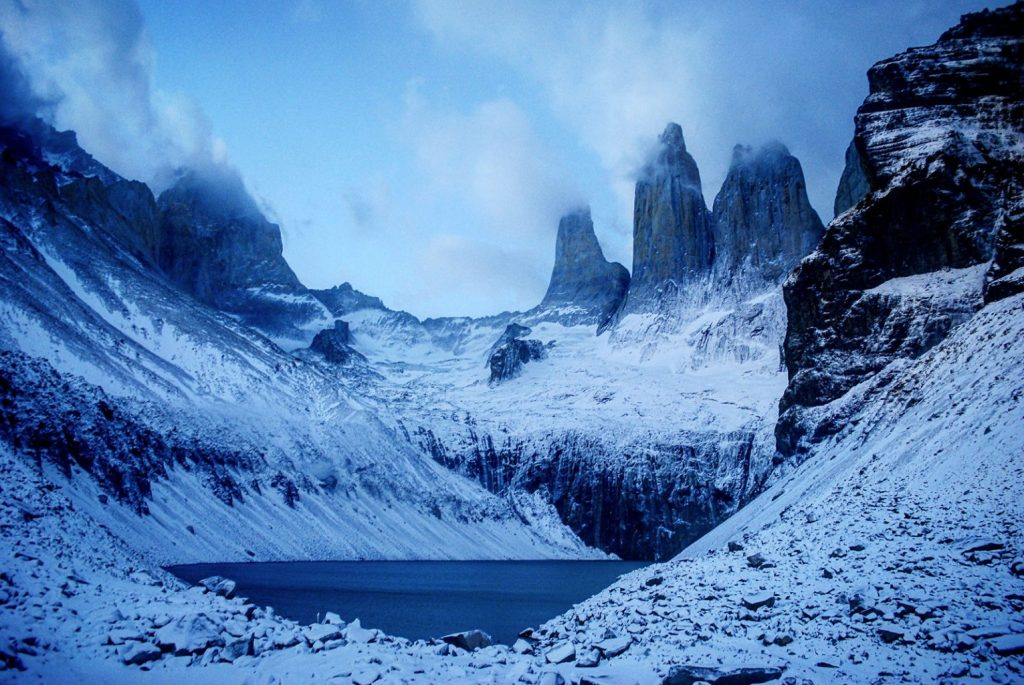 Alba gelida al cospetto delle Torres del Paine in Patagonia, Cile.