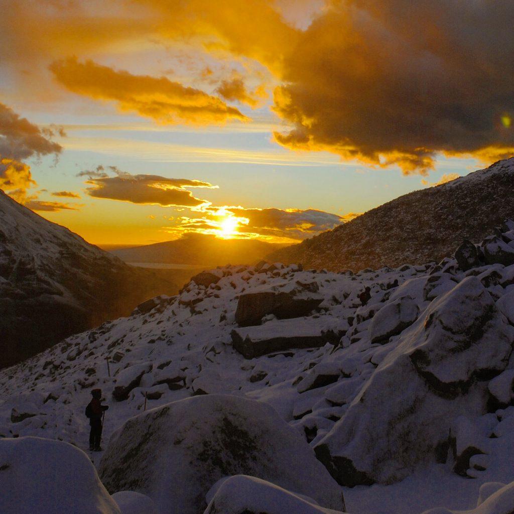 Durante la salita alla vetta nel Parco Nazionale del Torres del Paine l'alba mi coglie alle spalle con uno spettacolo incredibile.