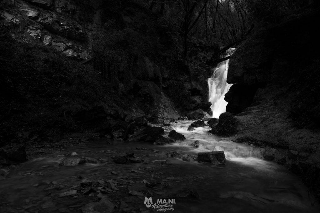 La prima vera cascata che si incontra alle cascate del Bucamante è nei pressi del grande masso