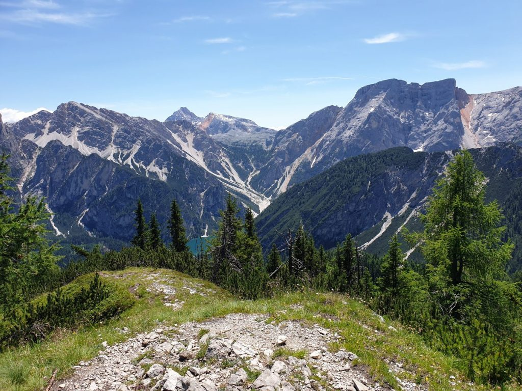 Dalla cima del Kühwiesenkopf lo sguardo spazio verso il lago di Braies ed i monti che lo sovrastano.