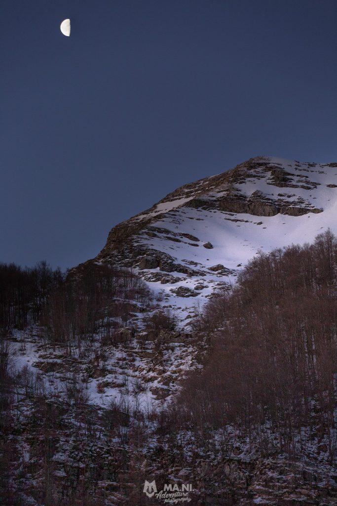 La luna tramonta dietro il Monte Giovo, alto appennino modenese