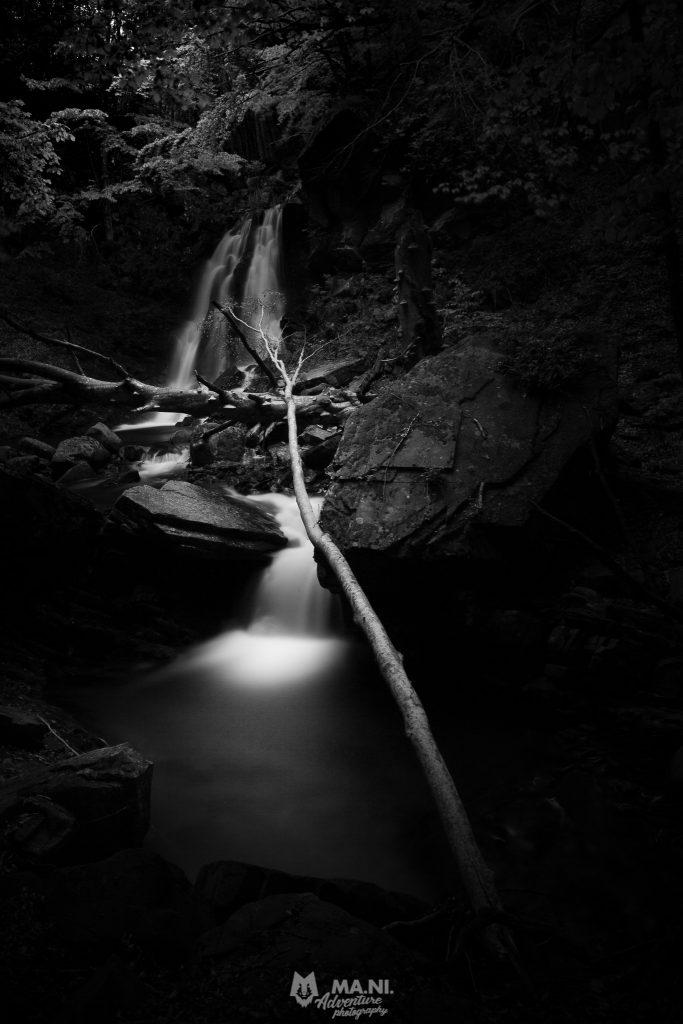 Tripudio di tronchi alla cascata del Ternino